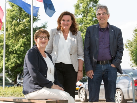 vlnr. Leny van Leersum, Monique Muurling (griffier), Jan Bleumer